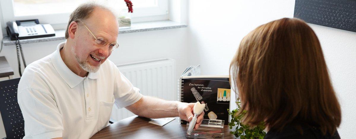 Dr. Wächter erklärt, wie ein Implantat funktioniert